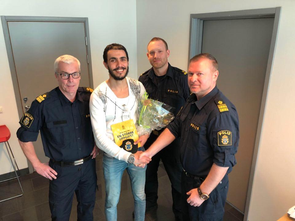 Här prisades Achraf för sitt agerande av lokalpolisen i Helsingborg. På bild förundersökningsledare Håkan, utredare Björn samt biträdande lokalpolischef i Helsingborg Daniel Lindberg.