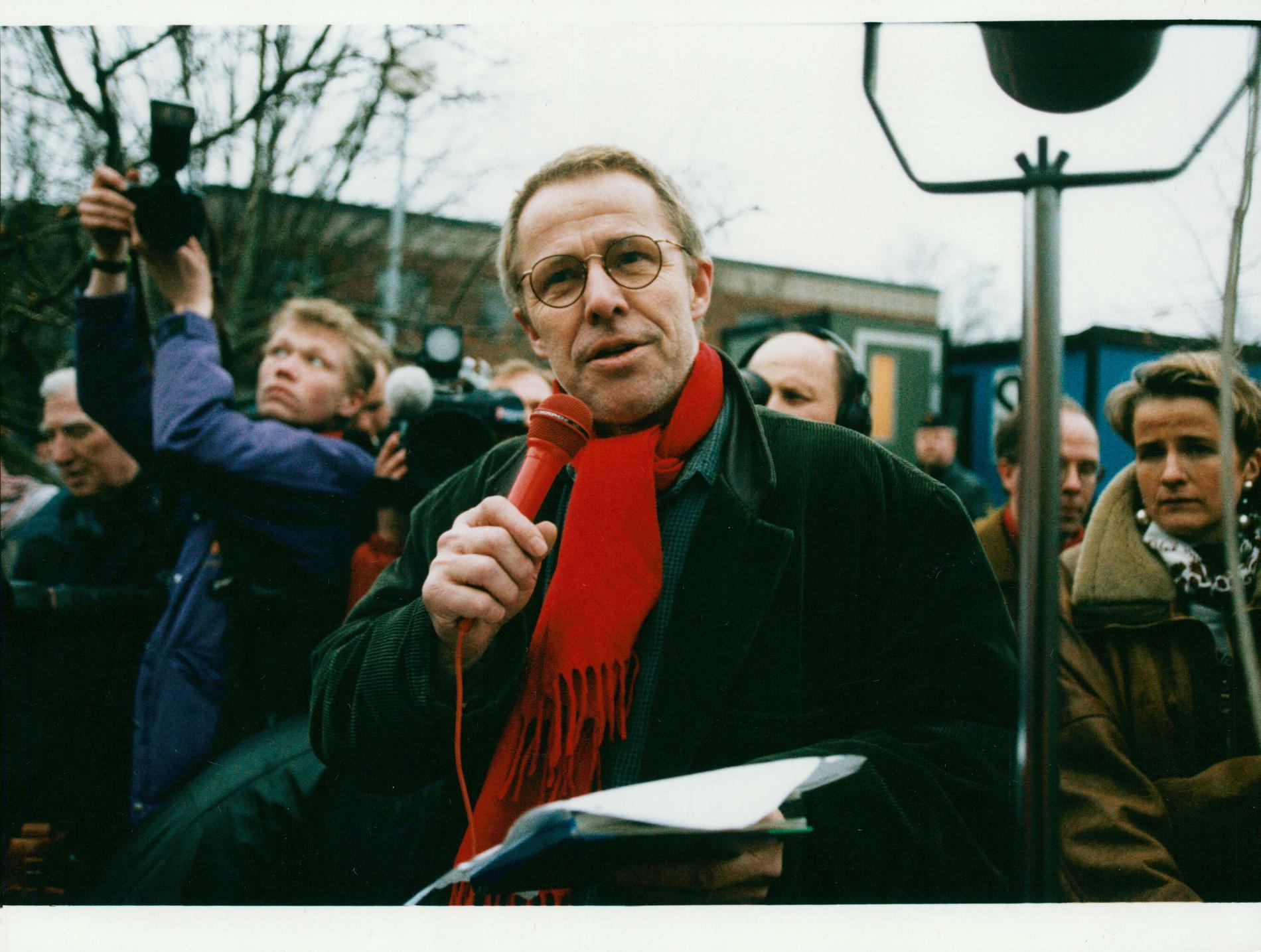 Sven Wollter talar på en demonstration mot rasism 1992.