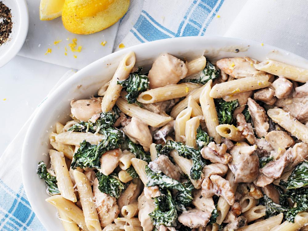 Bjud på en härligt krämig pasta med kyckling, svamp och grönkål.