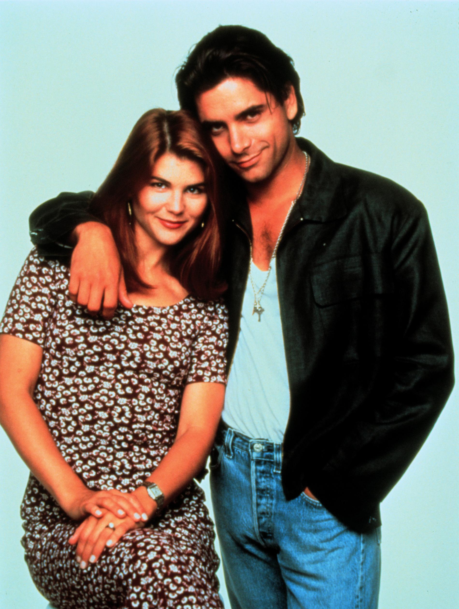 """John Stamos och Lori Loughlin spelade gifta i den klassiska serien """"Huset fullt""""."""