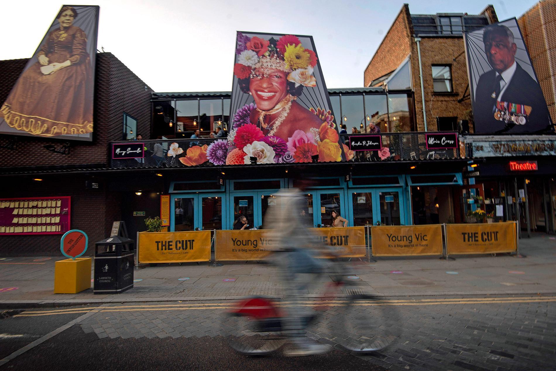 """I september firade The Young Vic theatre i London 50 år med bildinstallationen """"The Unforgotten"""". Porträtten visar den brittisk-jamaicanska sjuksköterskan Mary Seacole, den amerikanska gayaktivisten Marsha P Johnson och den medaljbehängda krigspiloten Ulric Cross från Trinidad. Arkivbild."""