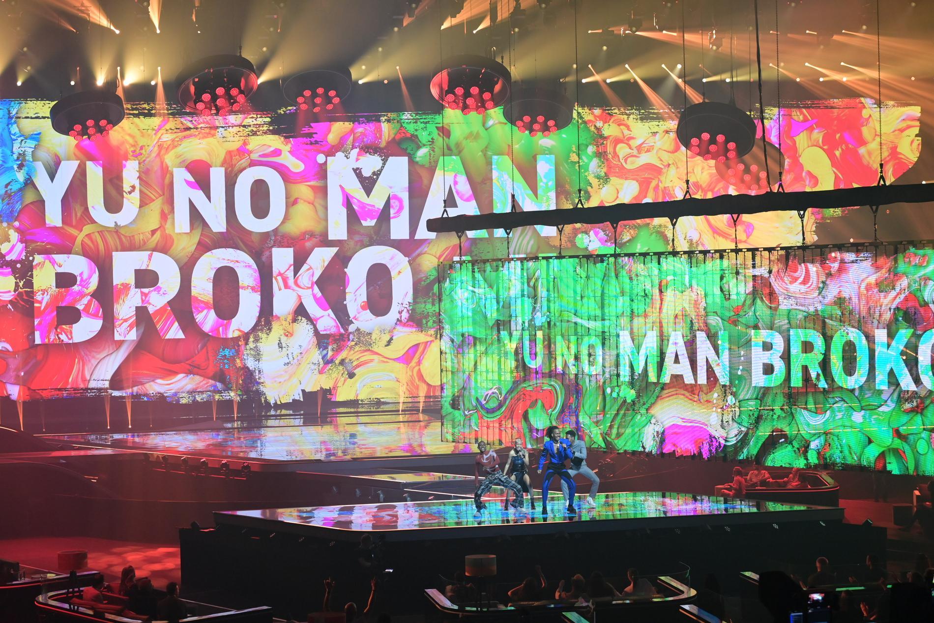 Låttexten visas på led-skärmarna på Eurovision-scenen...