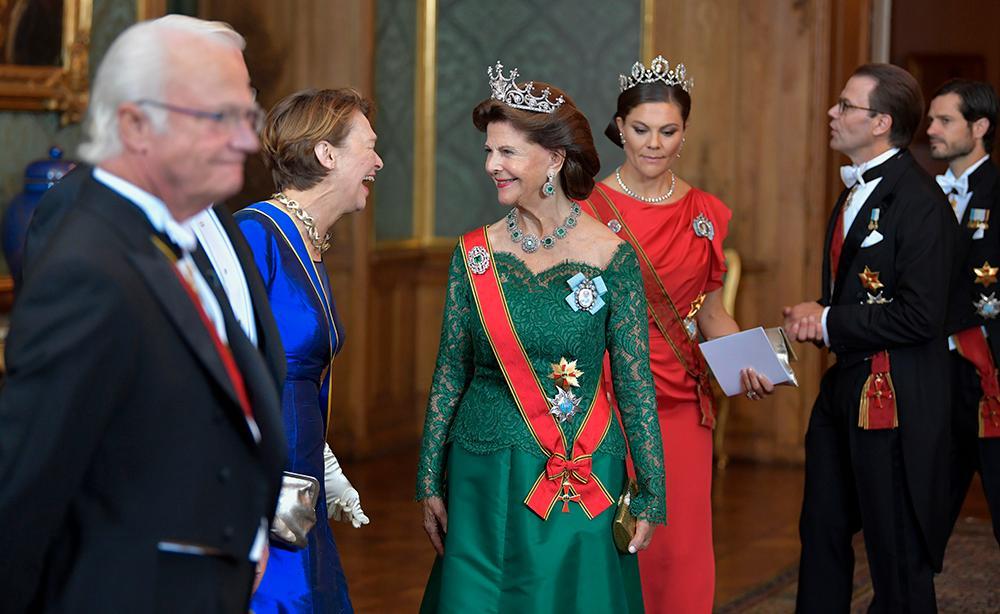 Kung Carl Gustaf, Elke Büdenbender, fru till Tysklands förbundspresident Frank-Walter Steinmeier och drottning Silvia samt kronprinsessan Victoria och prins Daniel på galamiddag på Stockholms slott.