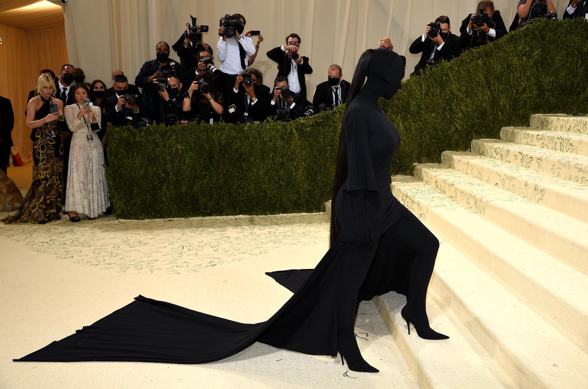 Kim Kardashian dök upp på Met-galan i en annorlunda kreation.