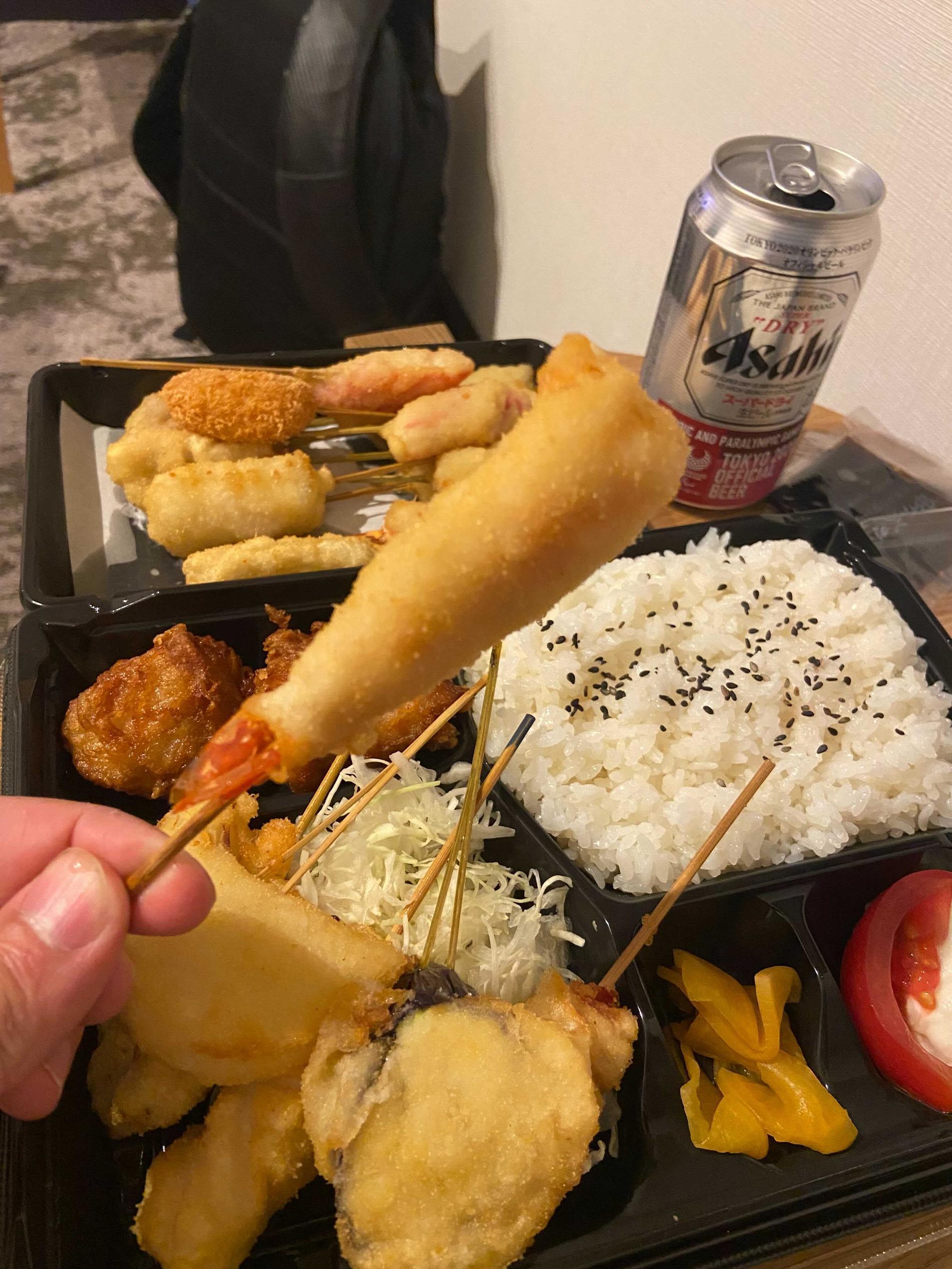Bordtennisfinalen följdes från hotellrummet med levererad mat (vilket varit en räddare i nöden då man inte får besöka restauranger de första 14 dagarna i landet). Måndagsmenyn: Kushikatsu. Kort sammanfattat, panerade saker på pinnar.