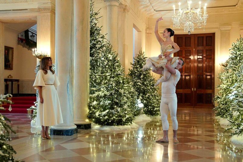 Ballettdansare framträdde under den rundtur Melania Trump gjorde medreportrar vid Vita huset.