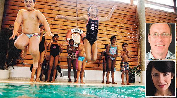 I medierapporteringen framställs det som om flickorna inte kan delta i simundervisningen utan burkini. Självklart kan de det. Det är de normer och värderingar som borde diskuteras, skriver Ulf Gustafsson och Amineh Kakabaveh. Barnen på bilden har inte med texten att göra.