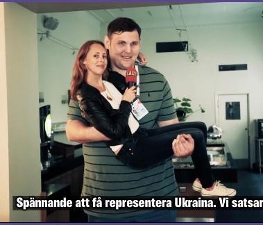 Aftonbladets reporter Helena Trus i famnen på Igor Vovkovinskiy under en tv-intervju 2013
