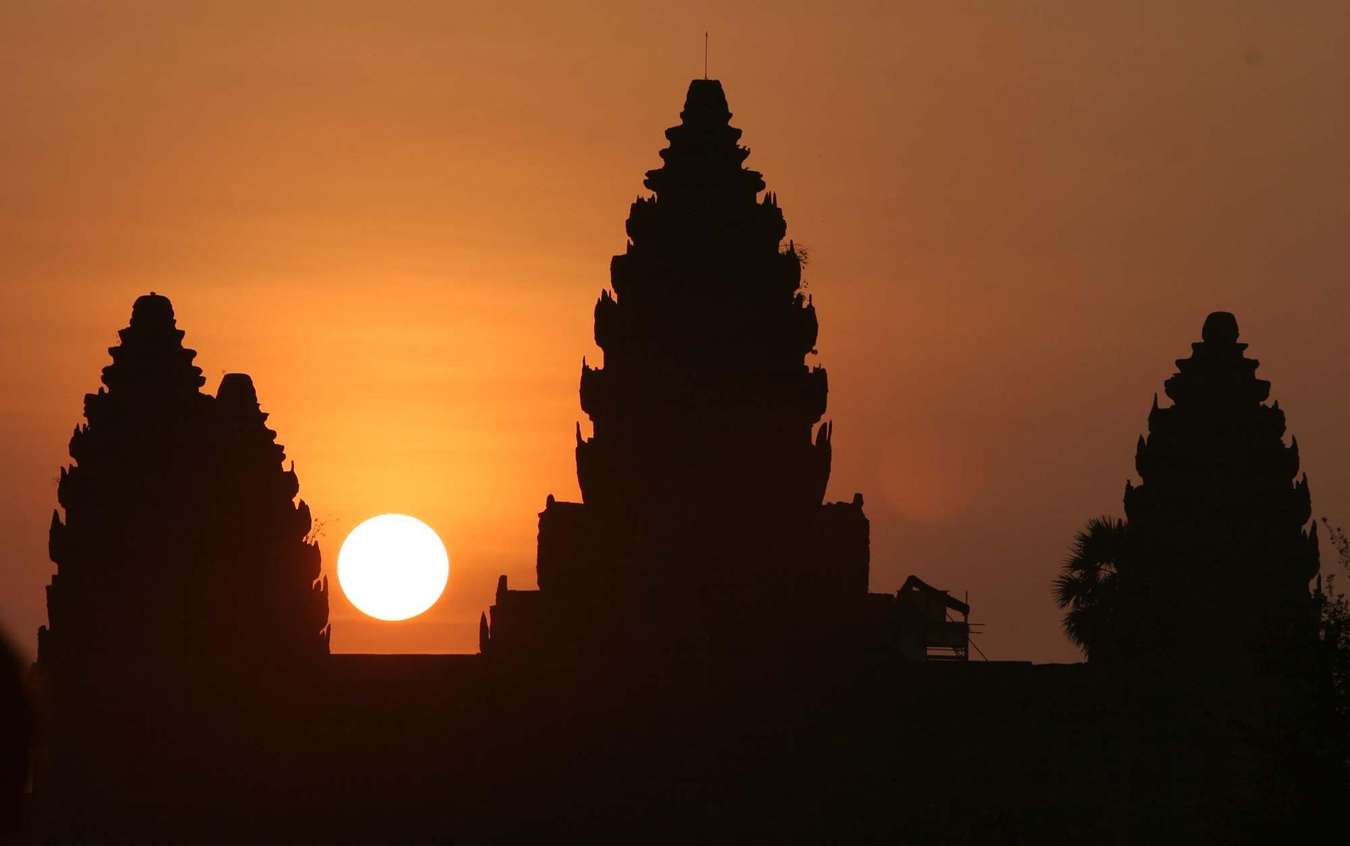 Många vill fotografera Angkor Vat i gryningen.
