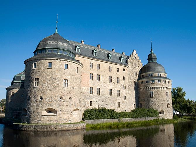 Örebro slott erbjuder spökvandringar och guidade visningar.