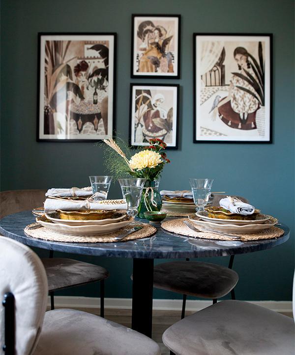 Skön stämning i köket. Stolar från Ellos och tavlor av Myriams favoritkonstnär Sandra Nobre Art. Bordet kommer från Trademax.