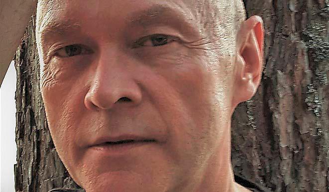 """Peter Lucas Erixon (f 1962) kom senast ut med romanen """"Silversnöret"""" (2011) och en samtalsbok om och med Patti Smith, """"PS"""" (2013)."""
