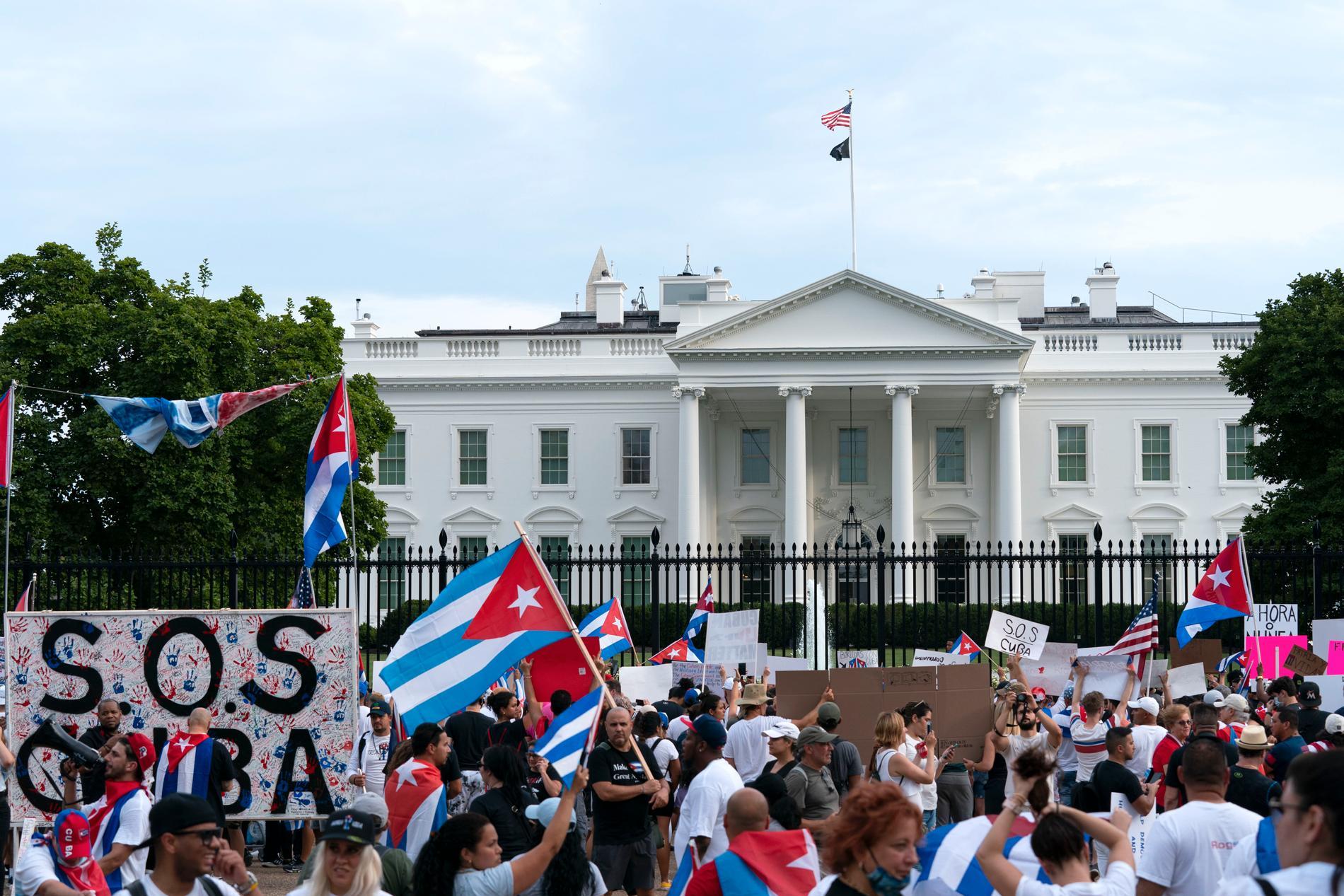 Demonstrationer mot regimen på Kuba utanför Vita huset i Washington den 17 juli.