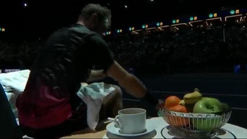Wawrinka med te och en rejäl fruktskål.