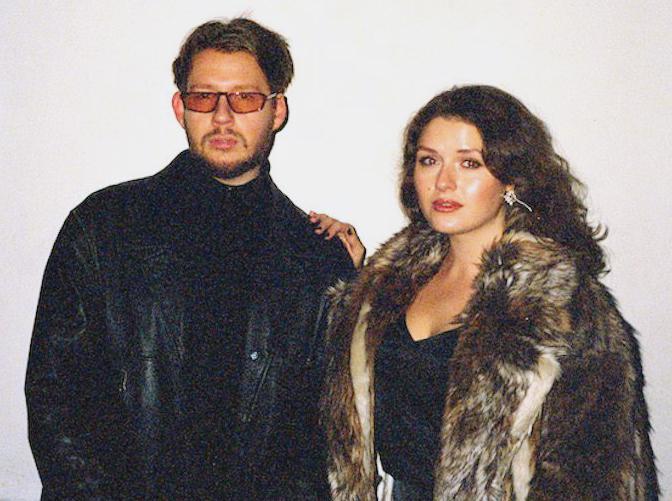 """Michelle Hallström och Max Lysell är rösterna bakom """"Paparazzipodden""""."""