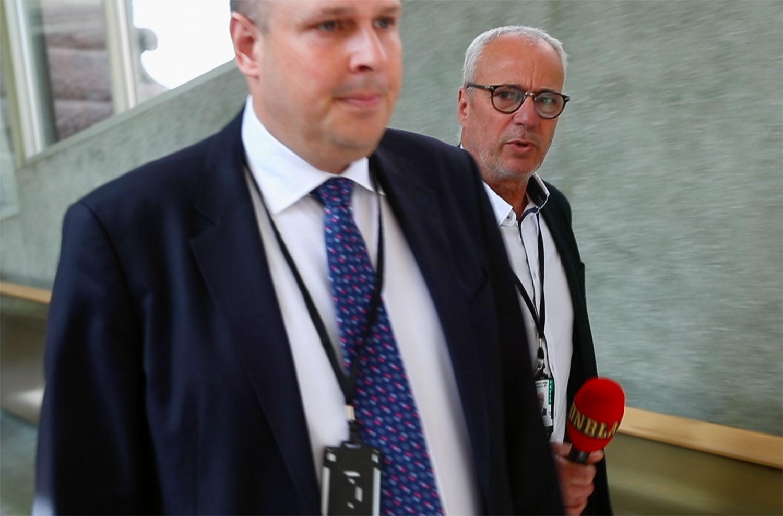 SD-ledamoten Patrick Reslow vägrar svara på Aftonbladets frågor i riksdagen.