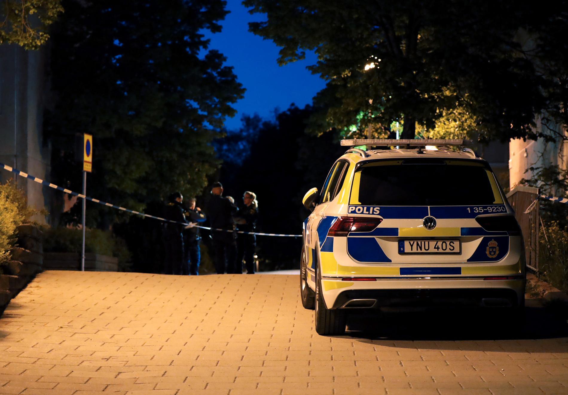 Polisen spärrade av området där mannen hittades knivskuren.