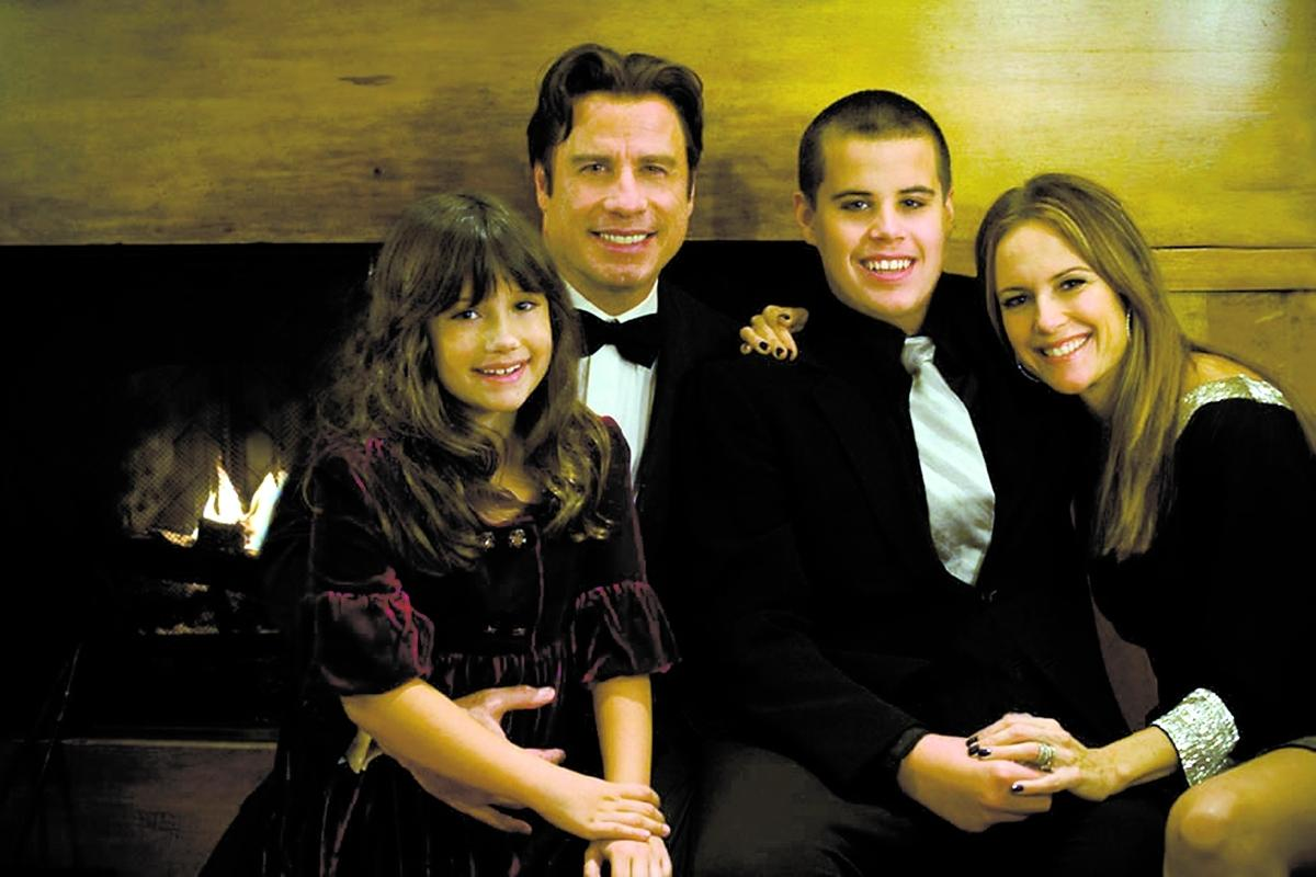 John Travolta och hustrun Kelly Preston tillsammans med barnen Ella Bleu och Jett. Sonen avled i fredags efter att ha hittats medvetslös i badrummet.