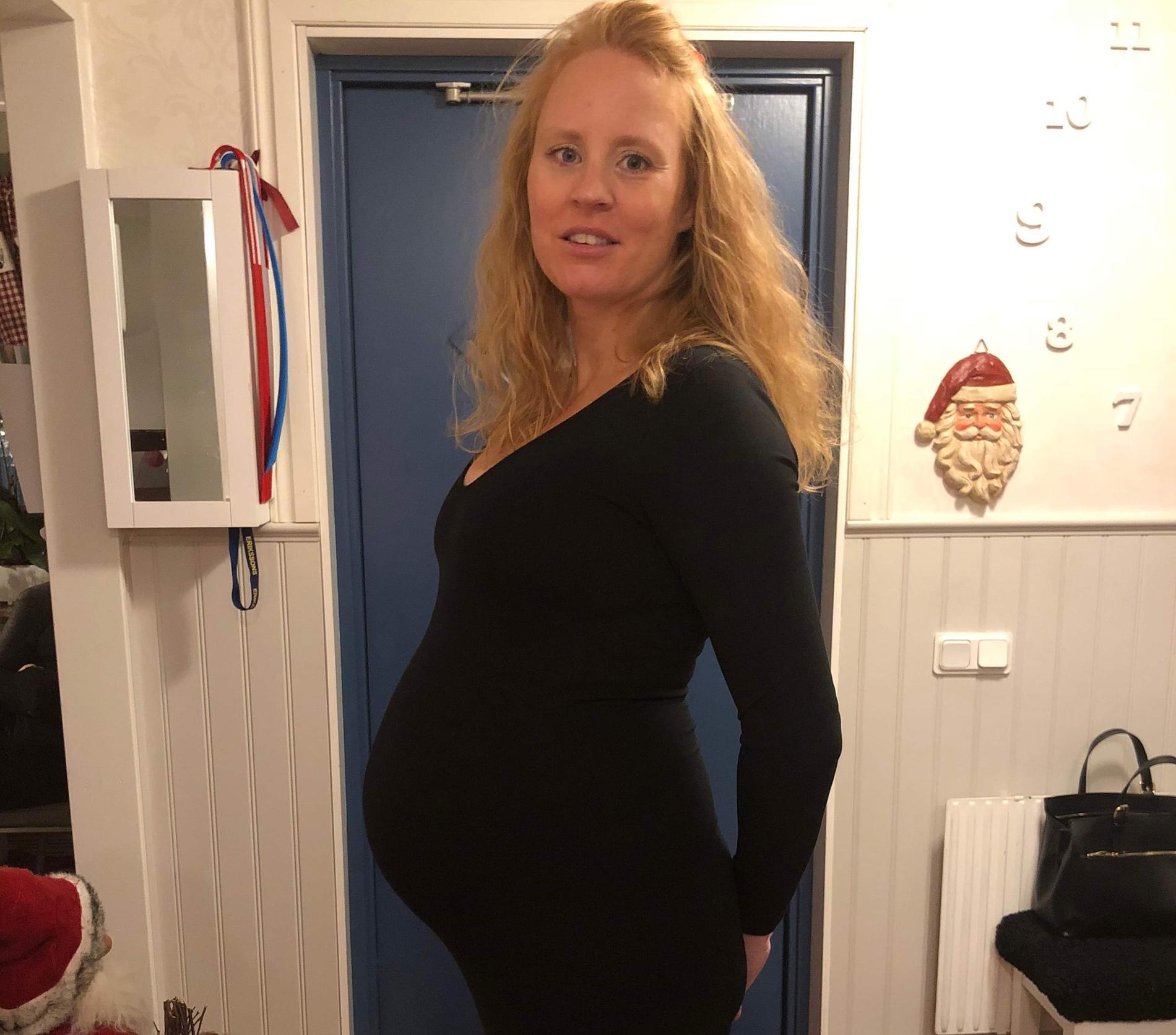 Här var Linda gravid med sitt första barn Alma.