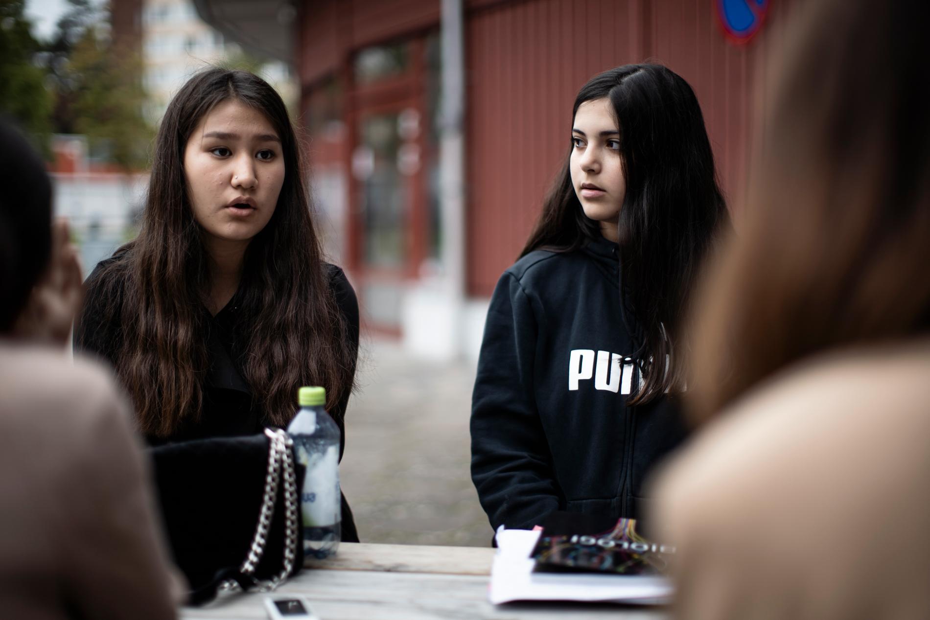 """Sara Masoumi och Roha Al hariri har bytt från Kronan till en friskola: """"Vi har fått bättre studiero nu""""."""