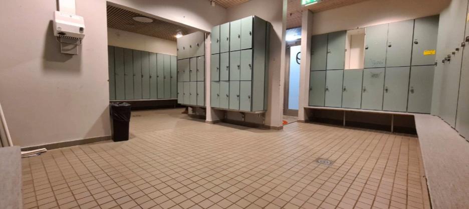 Eriksdalsbadets omklädningsrum, där lektorn ska ha begått övergrepp på pojkarna.