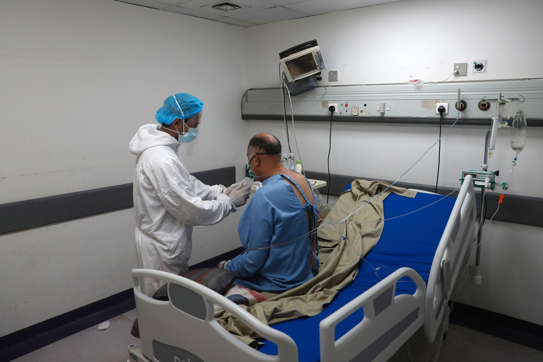 Sjukvårdspersonal hjälper en covid-patient på Rafik Hariri-sjukhuset i Beirut. Arkivbild.