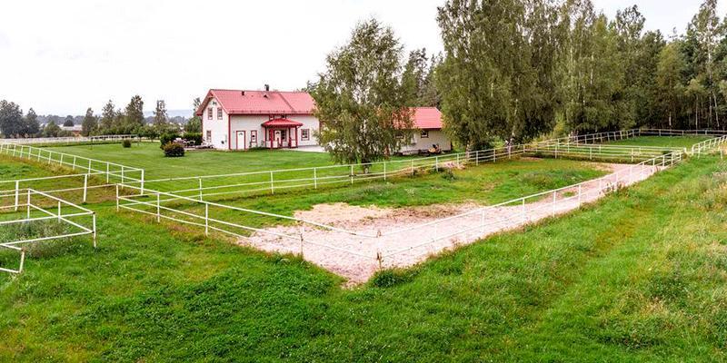 Trots att visningarna ännu inte ägt rum är det initiala intresset stort för travgården ett stenkast från travbanan (Romme).