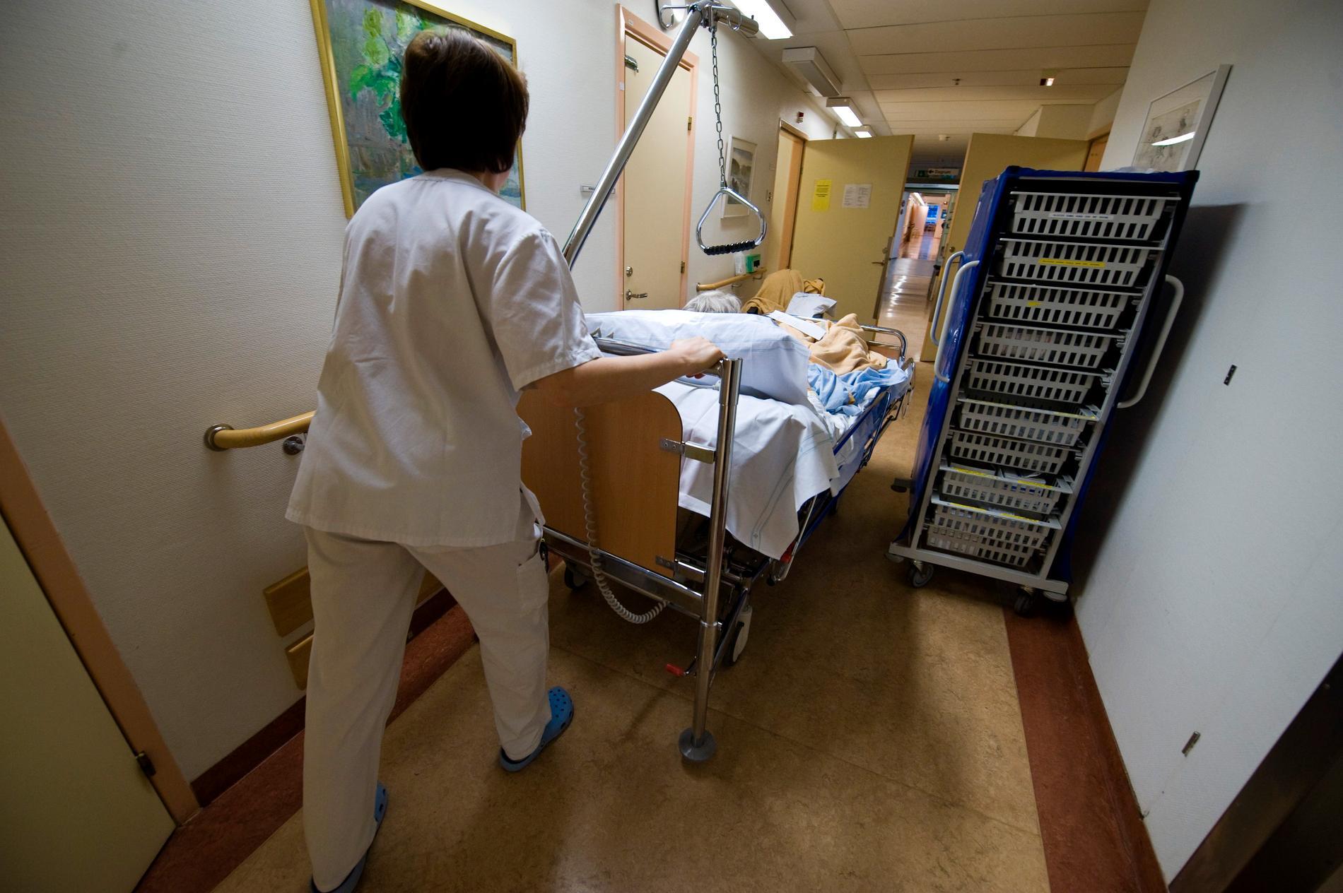 Vårdpersonal flyttar på en patient på en vårdavdelning på Danderyds sjukhus.