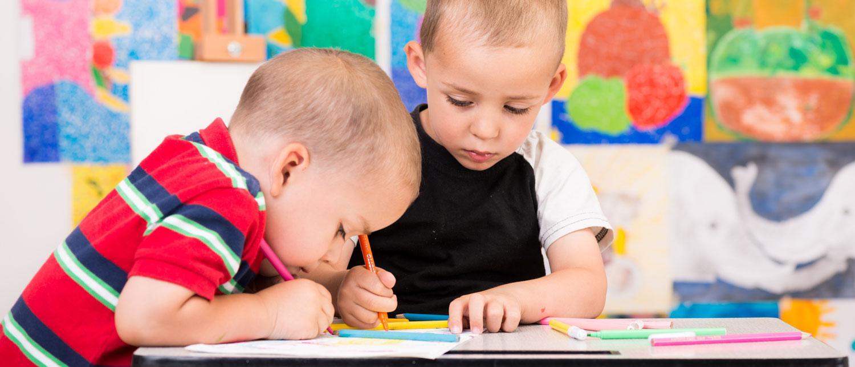 Treåringar kan ofta rita cirklar, fyrkanter och huvudfotingar.