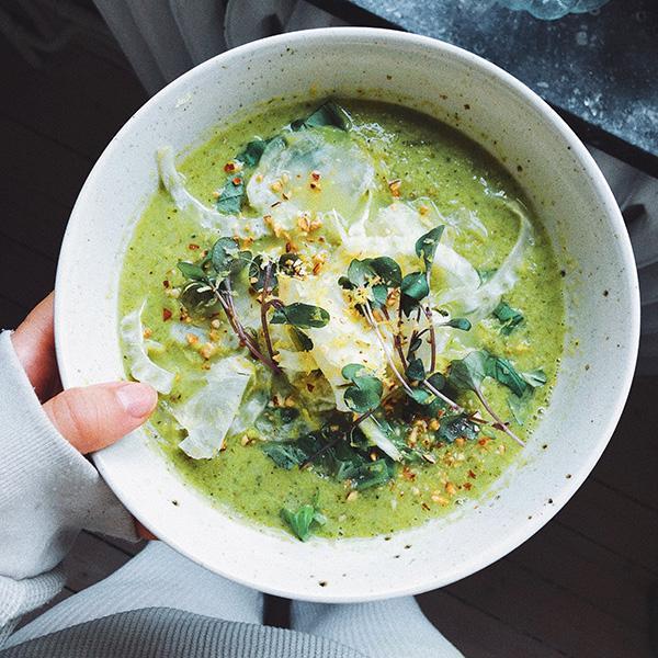 Snabb och jättegod soppa med broccoli och gröna ärtor.