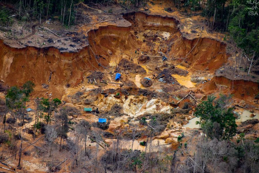 Illegal gruva i närheten av Uraricoera-floden i ett skyddat regnskogsområde.