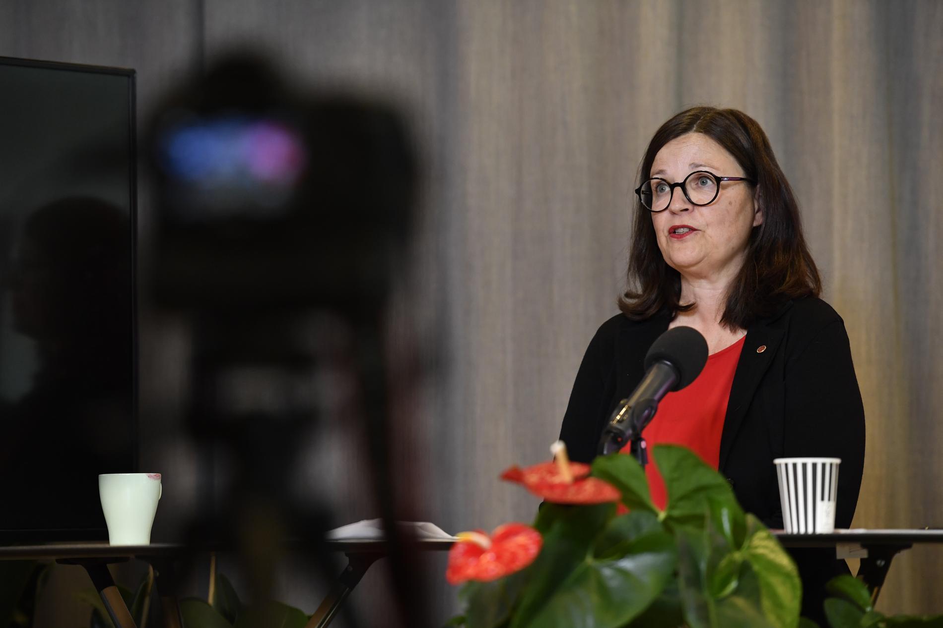 Utbildningsminister Anna Ekström på en pressträff om förslaget om att stoppa vinster i skolan.