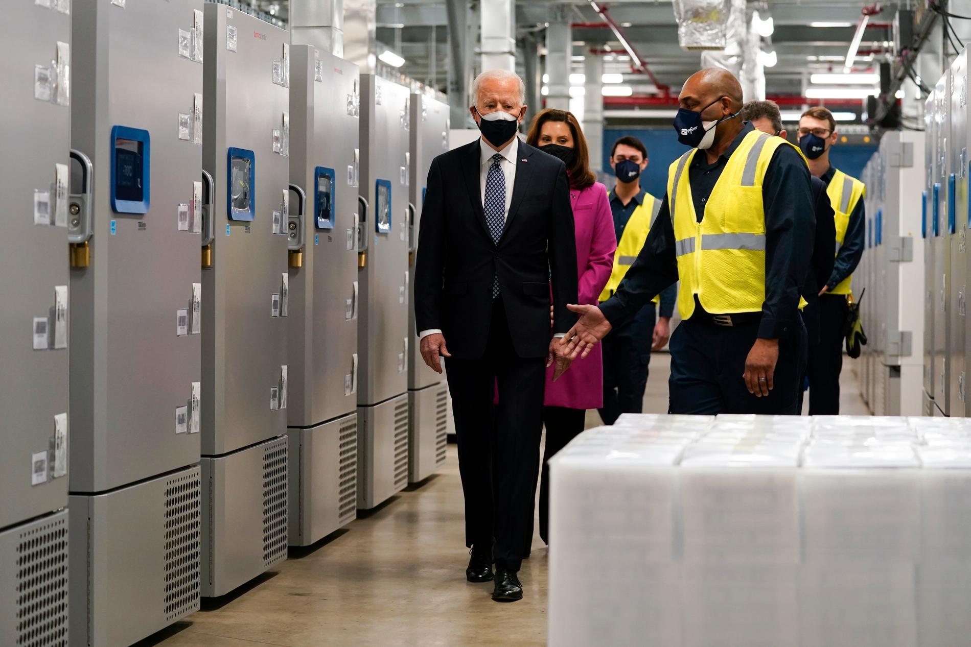 USA:s president Joe Biden på besök hos vaccintillverkaren Pfizer-BioNtech i Portage, Michigan.