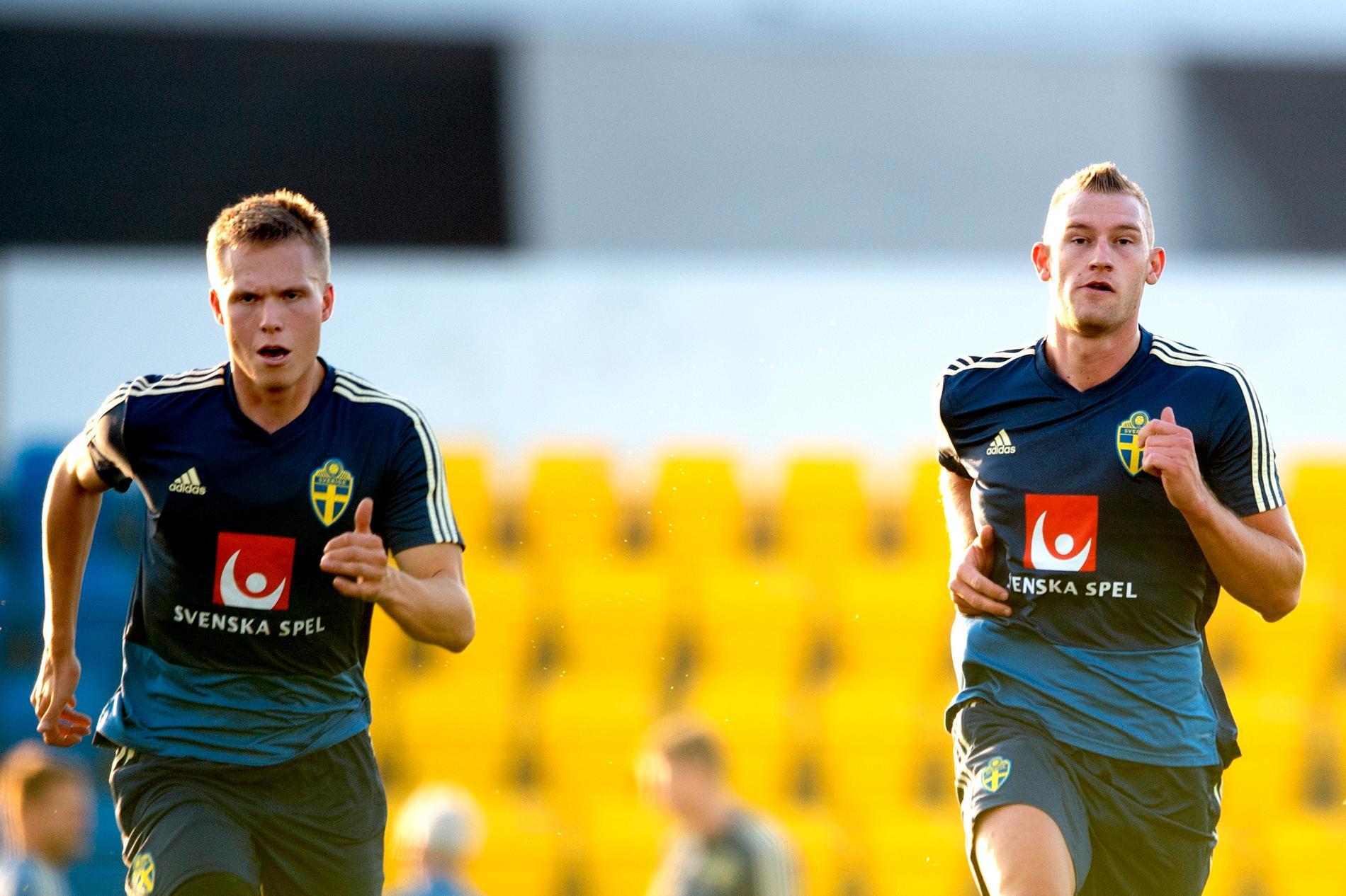Jonathan Augustinsson (vänster) startar för Sverige mot Finland i tisdagens match i januariturnén.