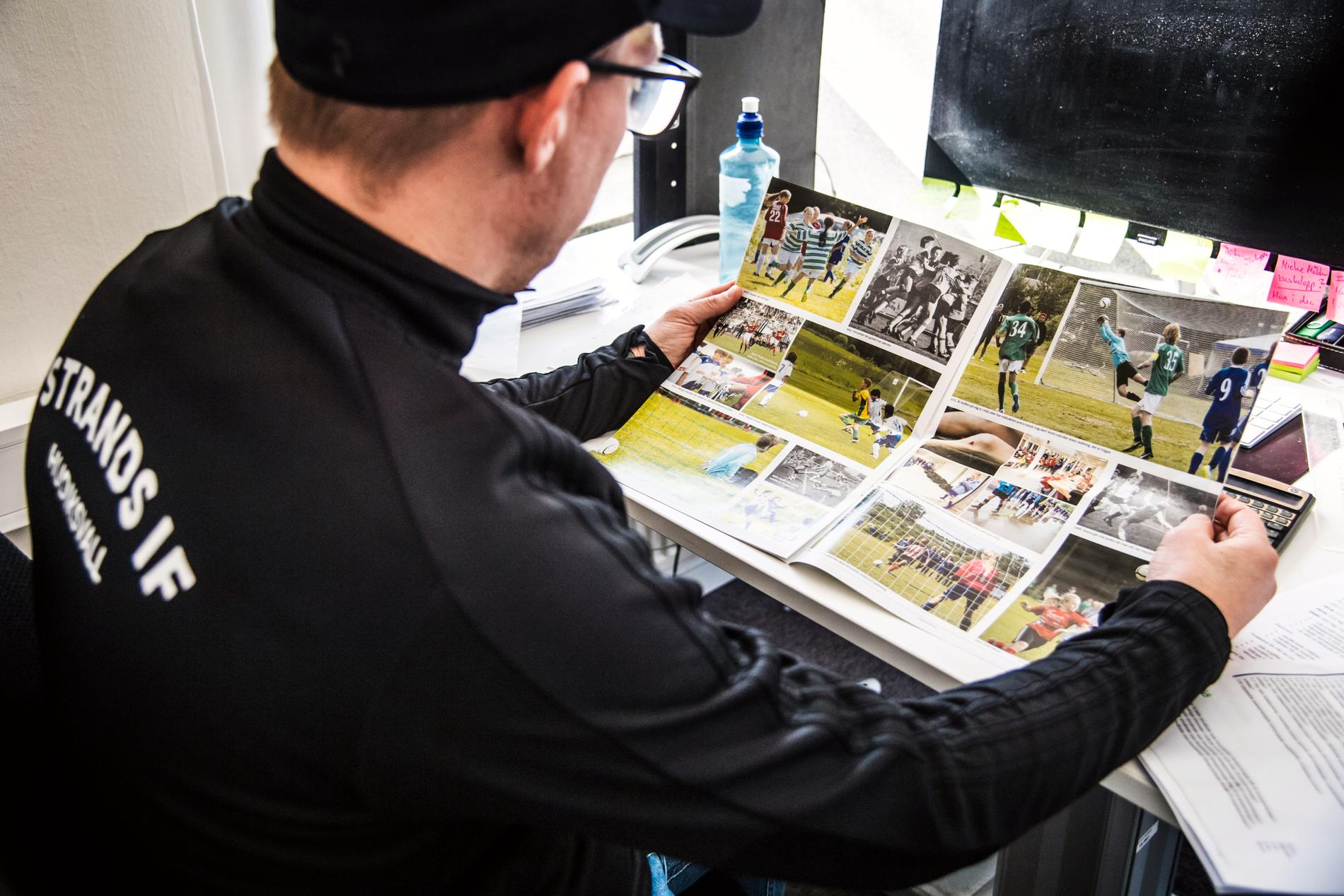 Fredrik Sundfors läser Hudik Cup-bilagan som skulle delas ut med dagstidningen.