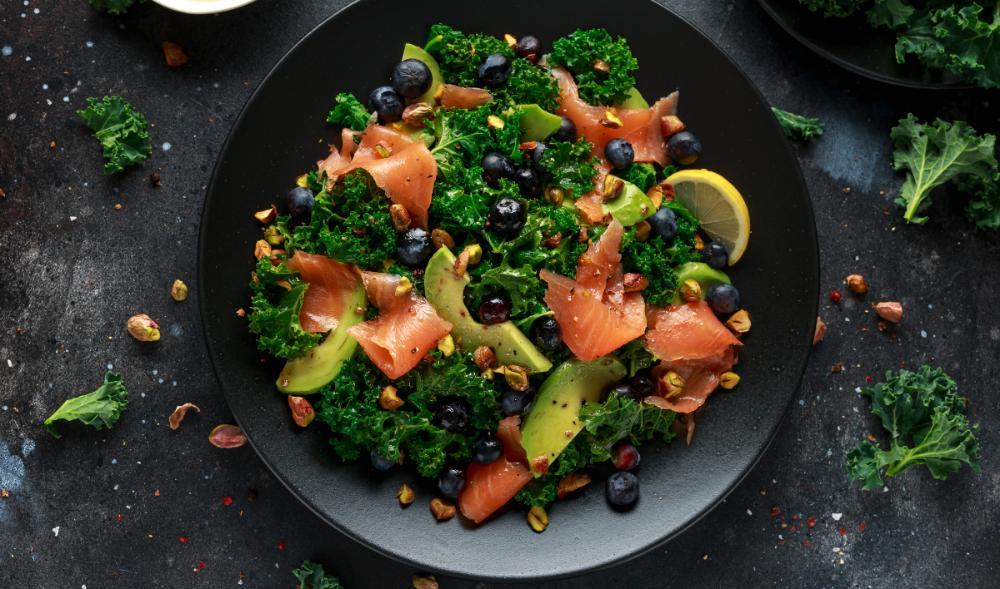 Laxsallad med grönkål och avokado