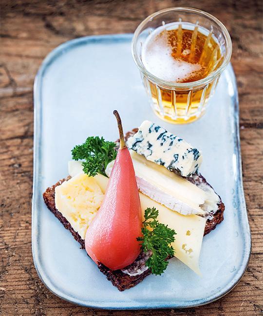 Smörrebröd med ost och lingonkokt päron.