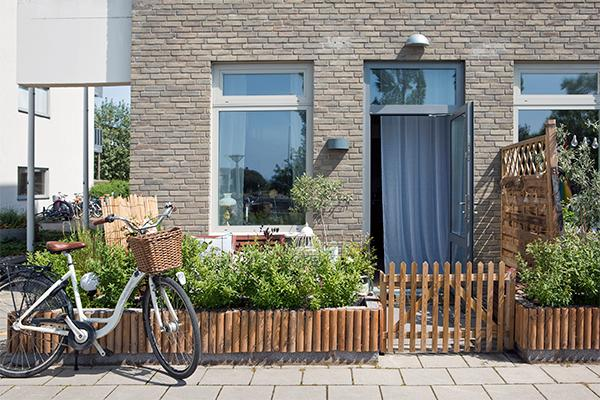 En tvårumslägenhet med uteplats är som att bo i ett eget hus och samtidigt inte.