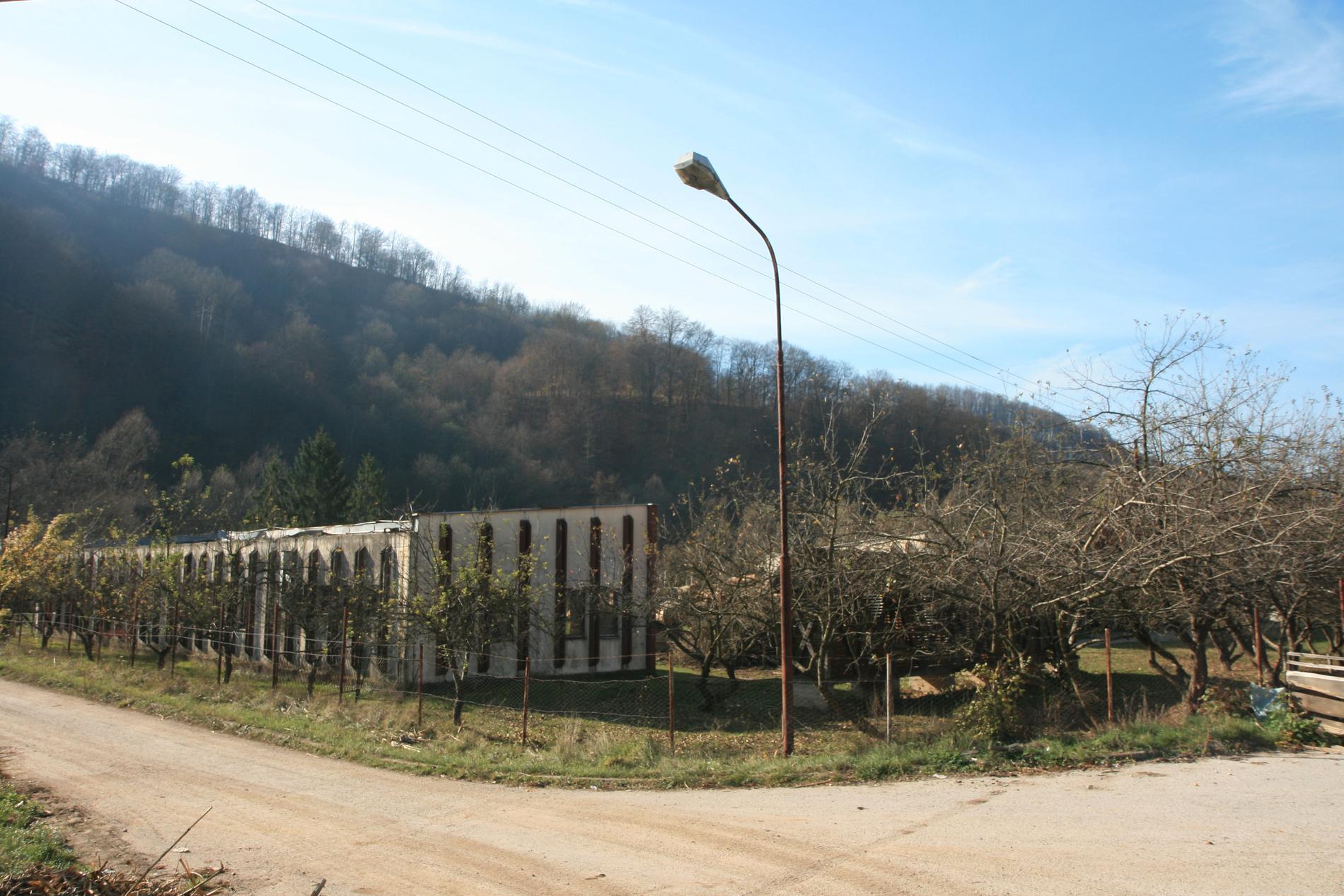 Lagerbyggnaden i Kravica. Här mördades över 1000 män och pojkar i juli 2015. Människorna trängdes in i byggnaden och granater kastades in. Överlevande sköts. Det blev inledningen på folkmordet kring Srebrenica.