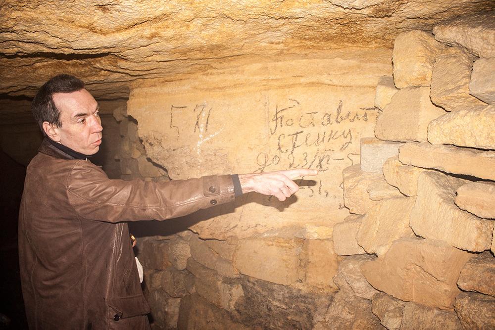 Extremt erfarne lokalbon Valentin Peka är vår guide i tunnlarna.