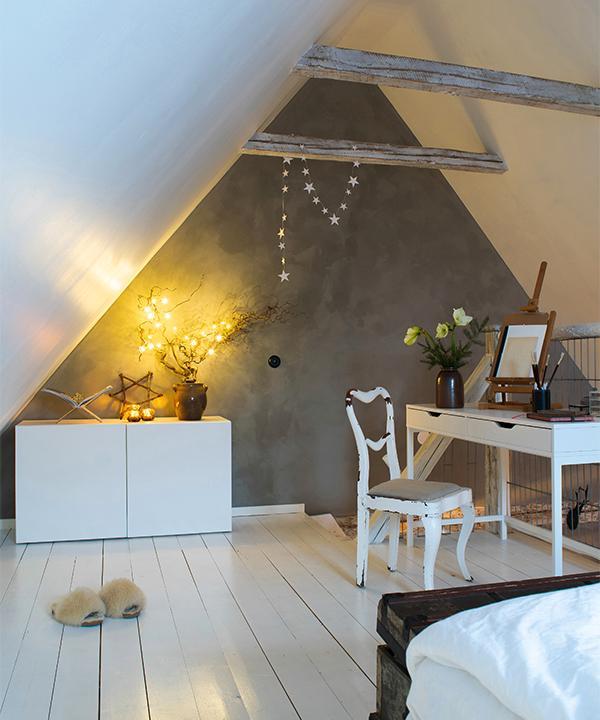 Sov loftets ena del är inrett med en skrivbordsplats där man har utsikt ner mot hallen.