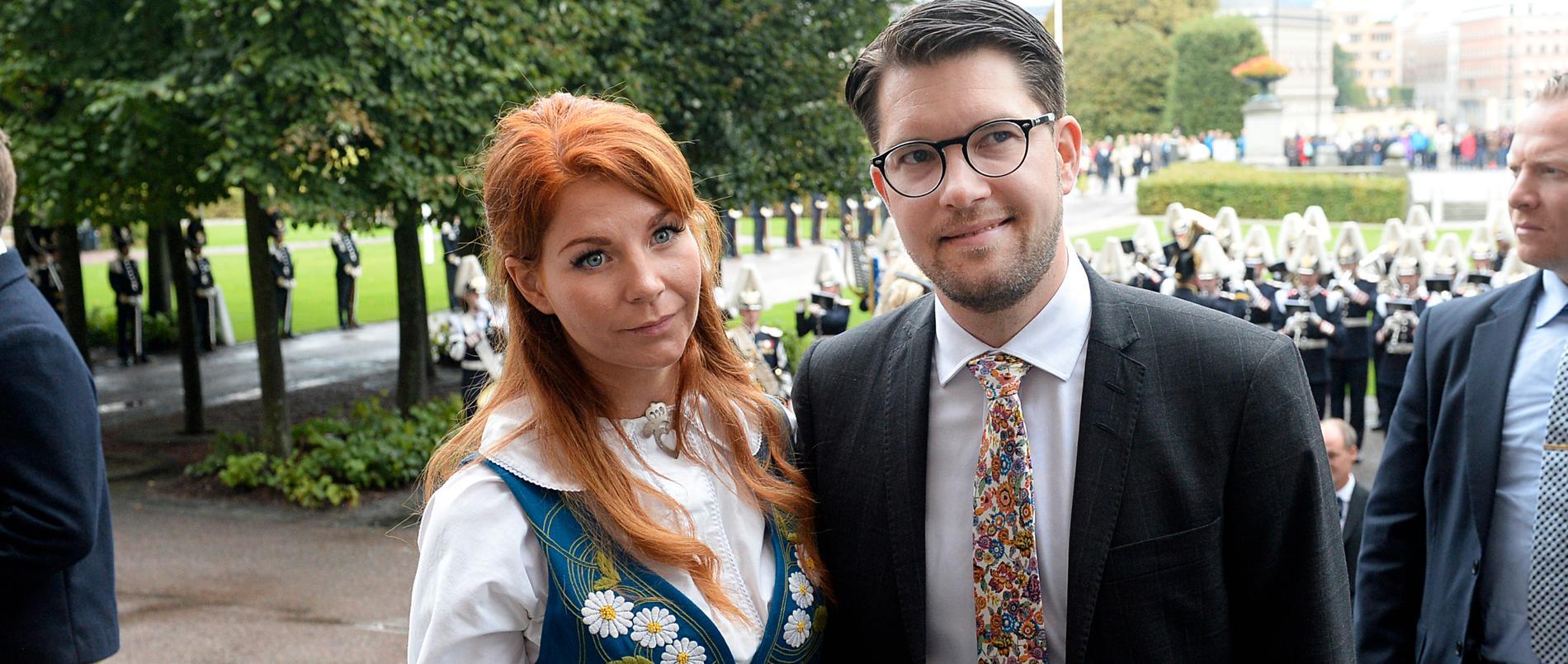 Louise Erixon krattar gången för sin sambo Jimmie Åkesson i Sölvesborg.
