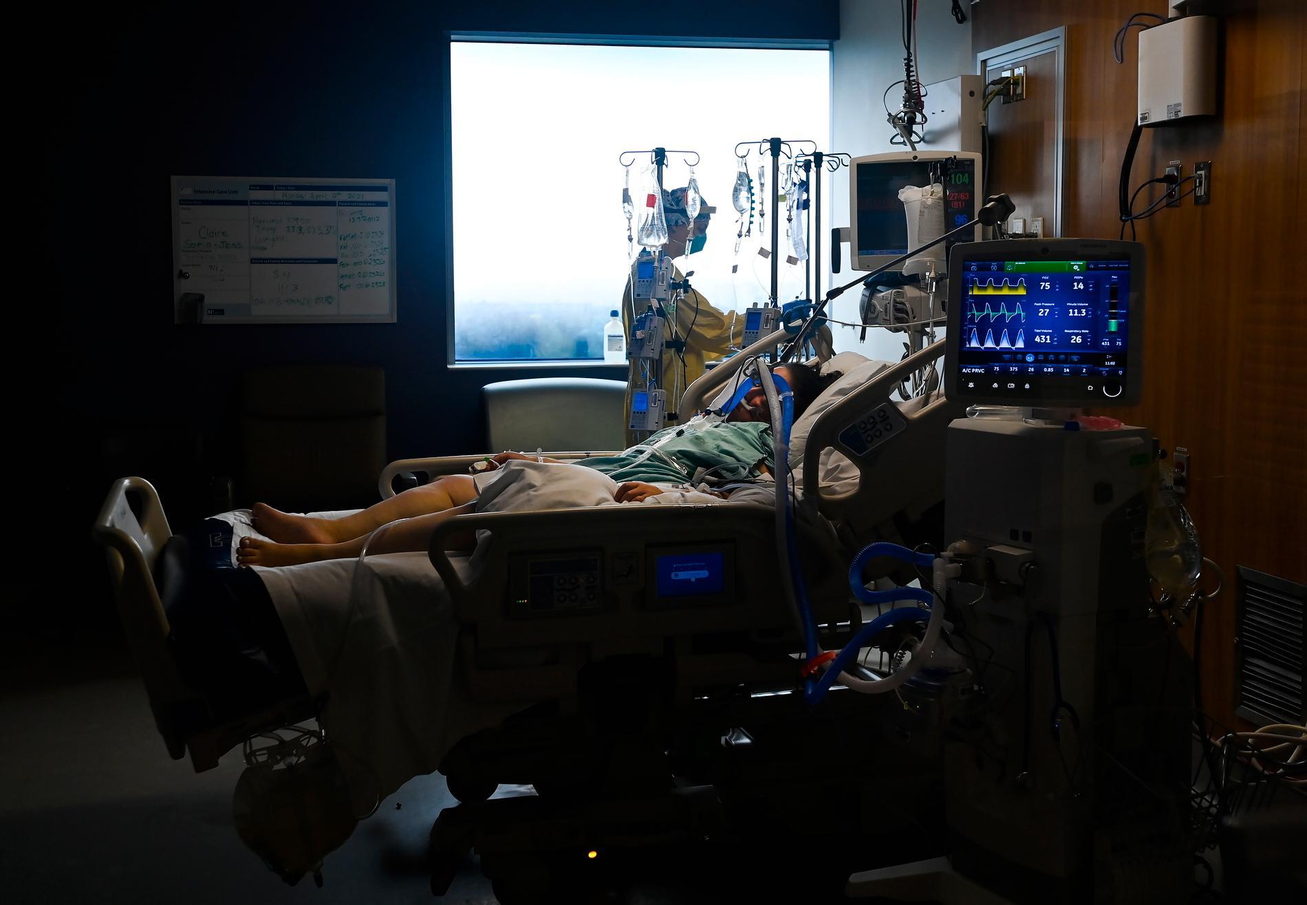 Intensivvårdssjuksköterskan Claire Wilkinson tar hand om en 47-årig kvinna med covid-19. Kapaciteten på flera intensivvårdsavdelningar är nådd och sjukvården larmar om kaos.