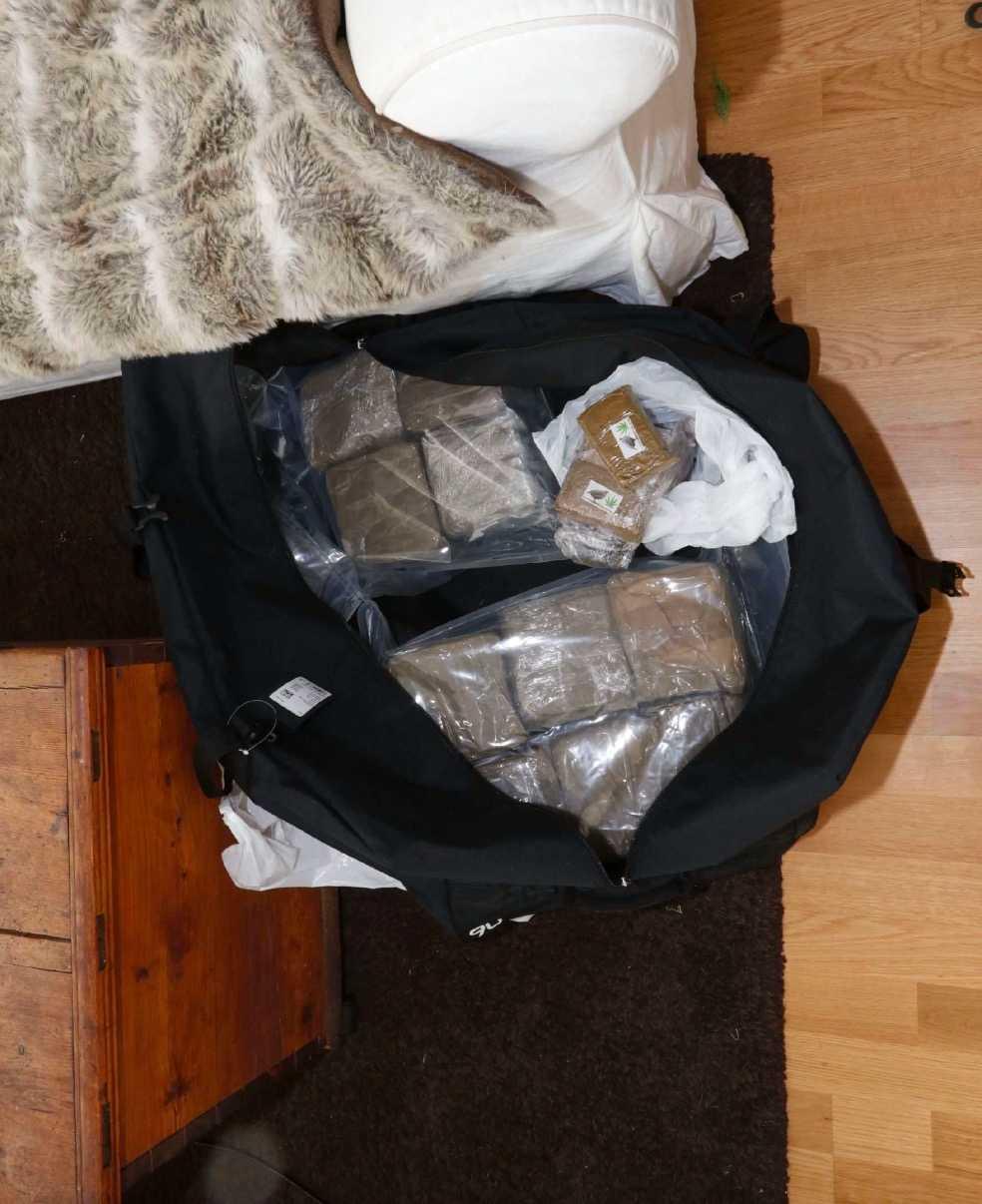 24-åringen döms även för grovt narkotikabrott och för grovt vapenbrott. I parets gemensamma lägenhet hittades stora mängder droger som han menar att han förvarade åt andra.