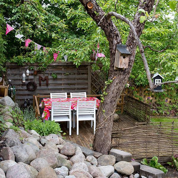 Små inredda rum i trädgården för både fågel och gäst.