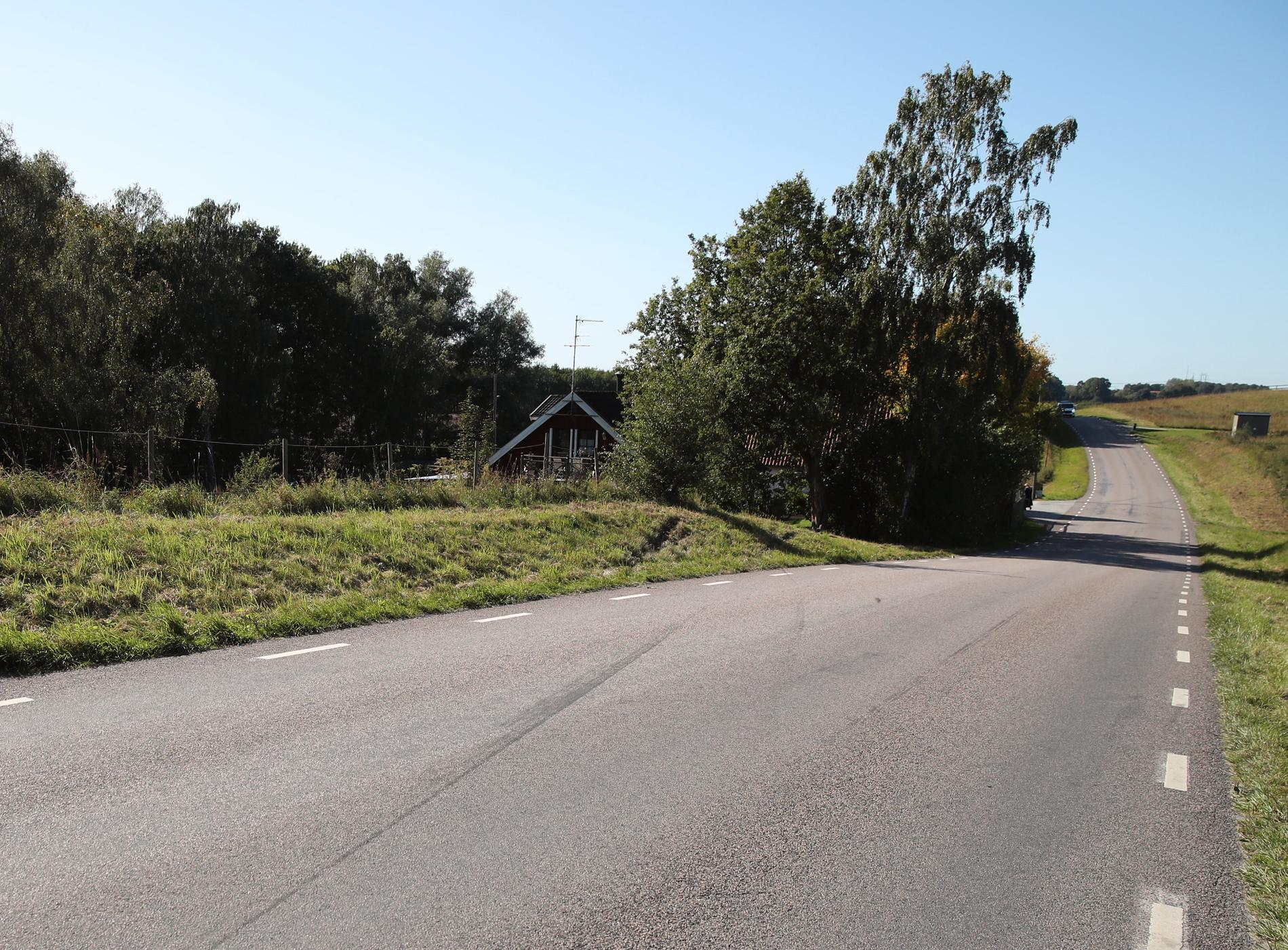 På vägen syns bromsspåren efter olyckan.