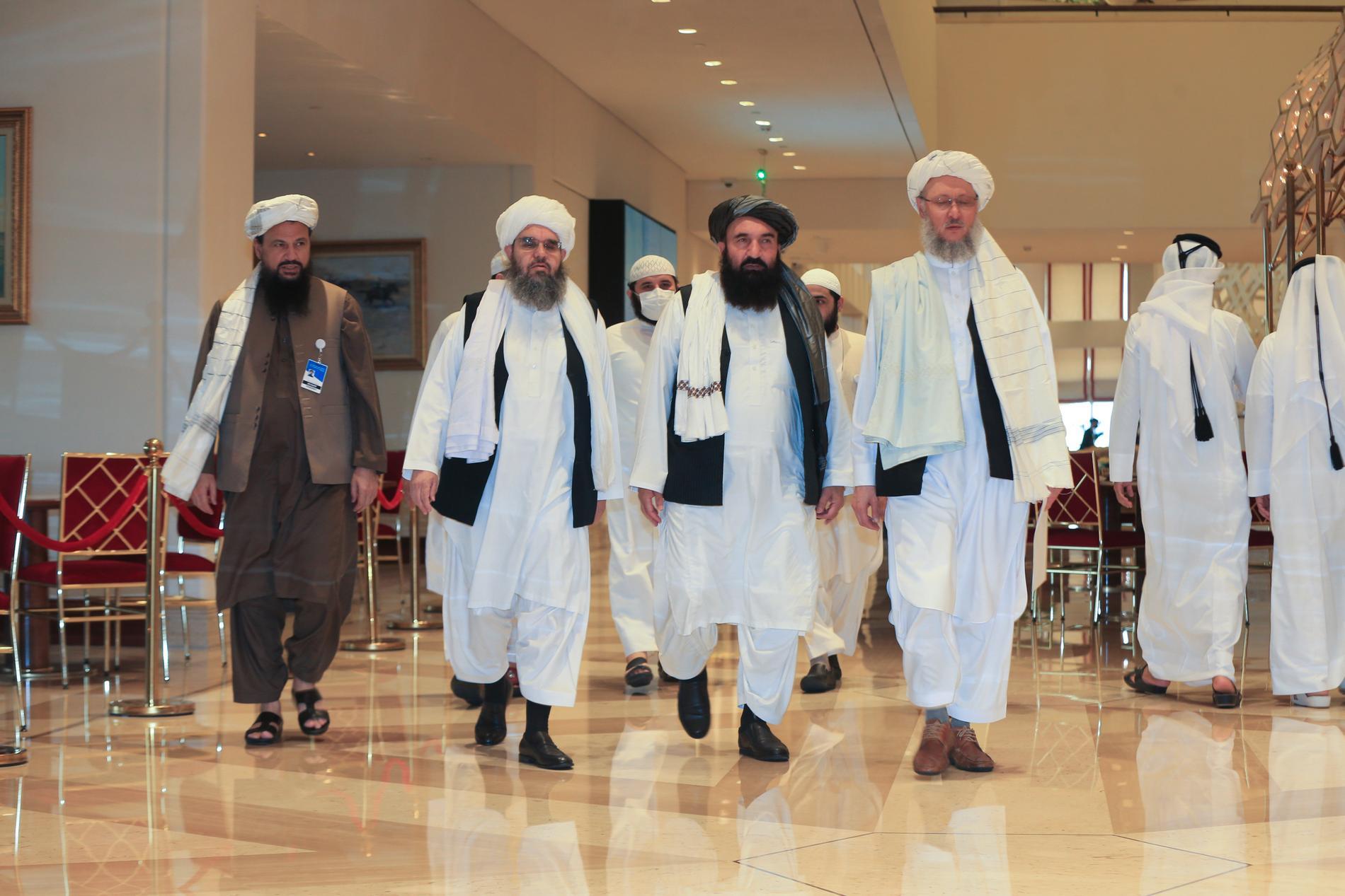 En talibandelegation på väg mot förhandlingar i Doha i Qatar tidigare i augusti, före maktövertagandet i Afghanistan.