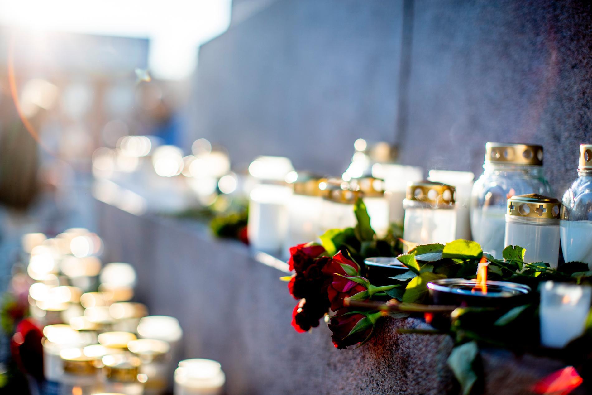 Den 17-åriga flickans död förra året uppmärksammades bland annat med blommor och ljus på torget i Uddevalla. Arkivbild.