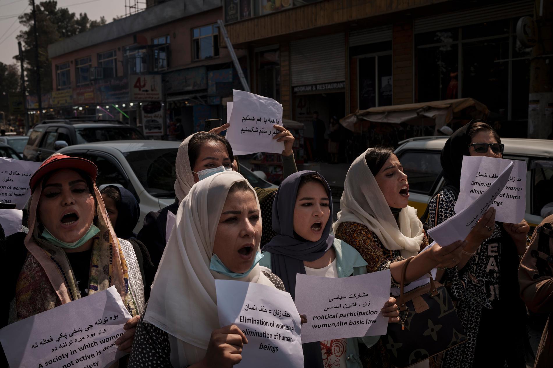 Deltagare i en marsch för kvinnors rättigheter i huvudstaden Kabul under söndagen.