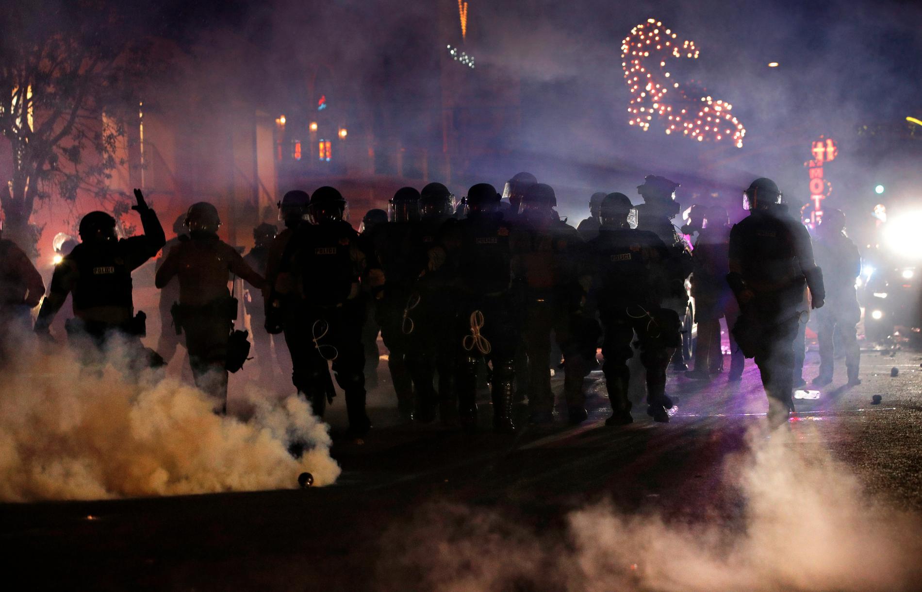 Rök från tårgas omger poliser i Las Vegas.